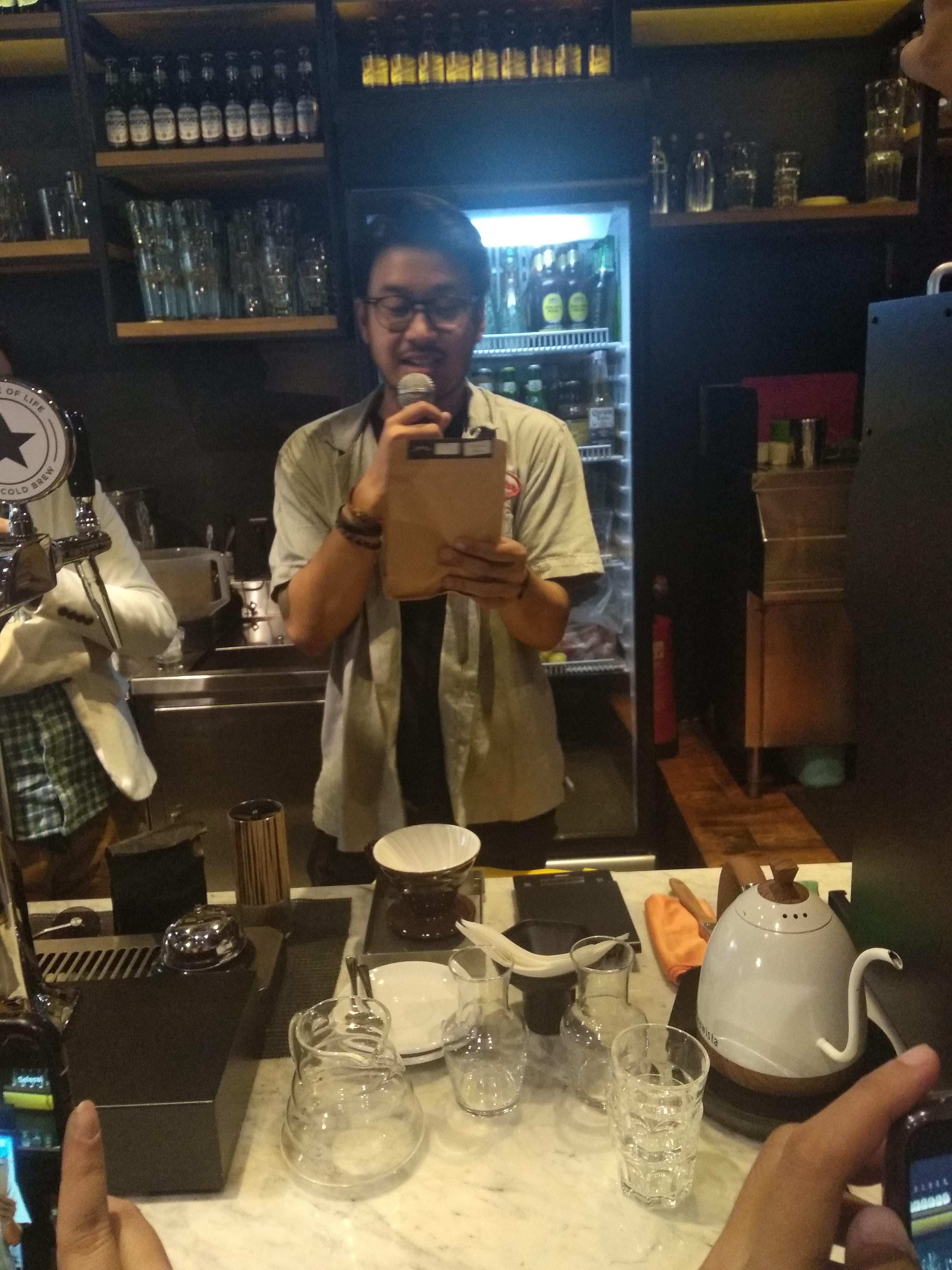 barista yang berhadapan dengan kopi siap dengan solusi sakit maag